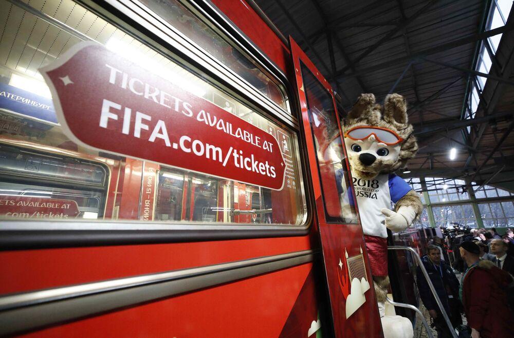 Mascote oficial da Copa do Mundo de 2018, lobo Zabivaka, exibido durante apresentação do trem oficial da Copa do Mundo de 2018 que será realizada na Rússia