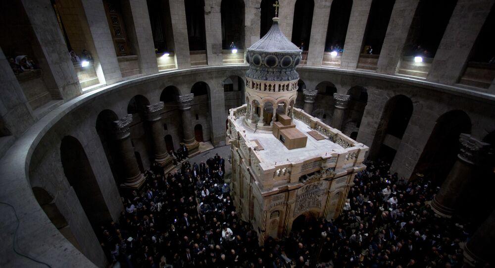 Edicúla renovada na Basílica do Santo Sepulcro, considerada tradicionalmente o lugar de enterro de Jesus Cristo, em Jerusalém, Israel