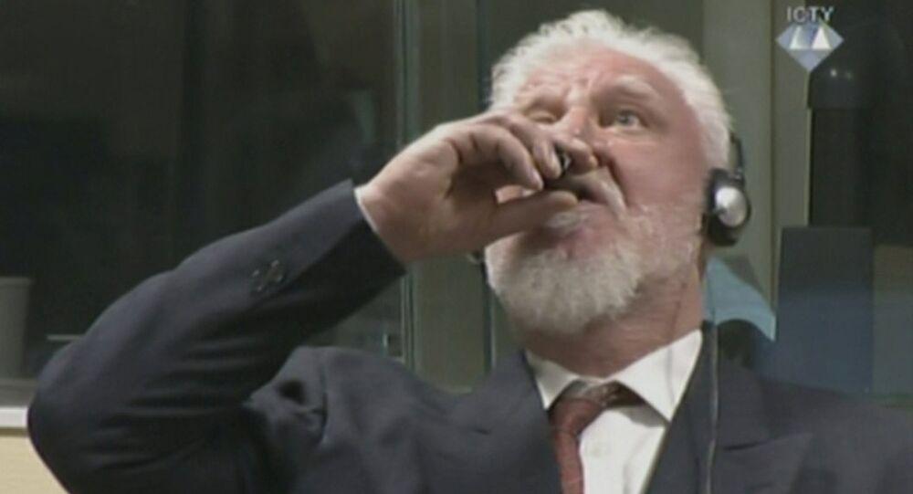 Momento em que Slobodan Praljak ingere substância durante julgamento no Tribunal de Haia, na Holanda, em 29 de novembro de 2017