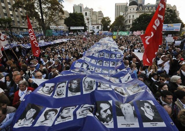 Manifestantes protestam pelas mortes de centenas de argentinos durante a ditadura militar que a Argentina testemunhou entre 1976 e 1983