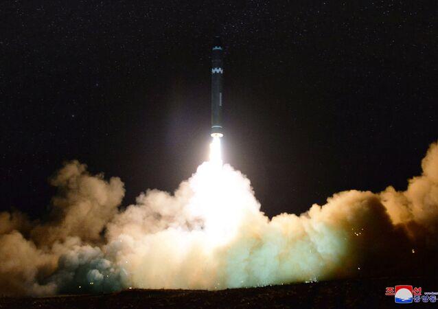 Lançamento do míssil balístico intercontinental Hwasong-15 que teve lugar na noite de 28 para 29 de novembro
