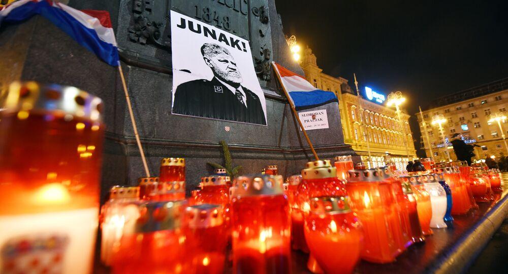 Velas e bandeiras colocadas no centro de Zagreb em 30 de novembro de 2017 em memória ao general Slobodan Praljak que se suicidou um dia antes na sala do Tribunal Penal Internacional