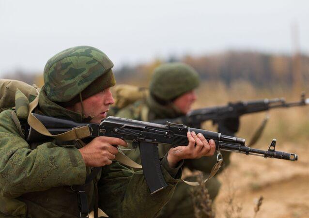 Soldados de tropas aerotransportadas russas durante manobras (foto de arquivo)