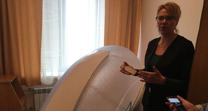Tatiana Kudryavskaya, chefe interina do Departamento Médico do Sanatório Militar de Pirogov, mostra aos jornalistas um dos dispositivos médicos para tratamento de doenças do sistema respiratório