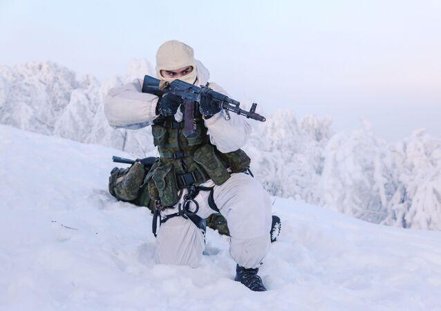 Fuzileiro naval da Frota do Norte russa durante treinamentos na região de Murmansk, Rússia