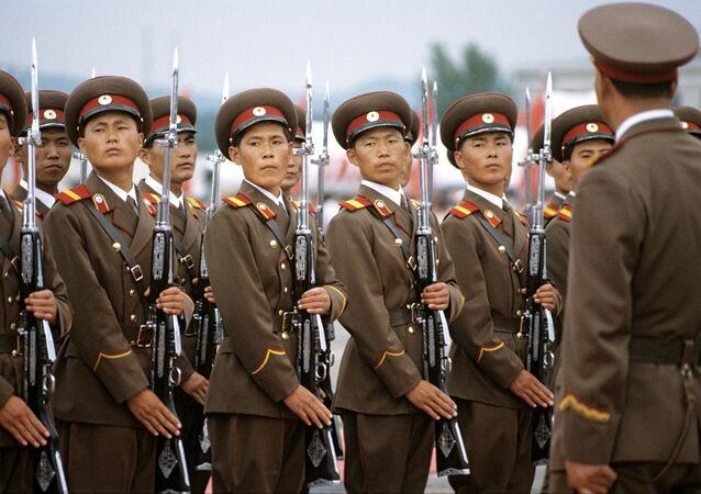 Guarda de honra no aeroporto de Pyongyang