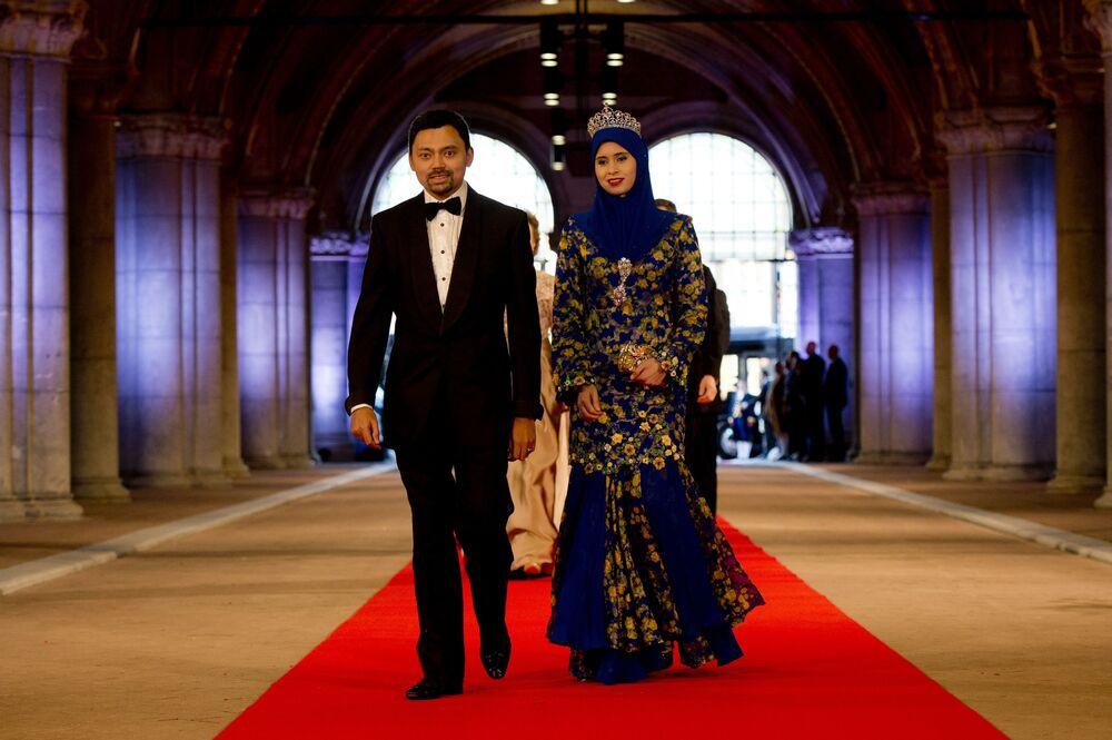 Príncipe Al-Muhtadee Billah Bolkiah de Brunei com sua esposa Anak Sarah