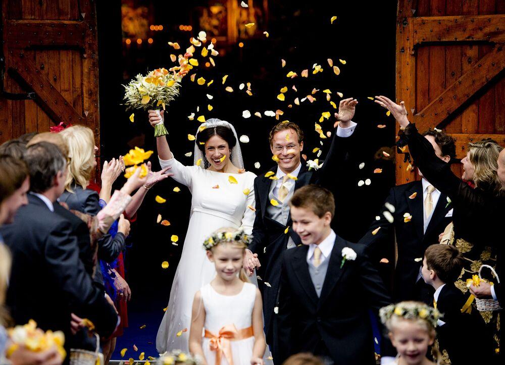 Advogada Viktoria Cservenyak com seu marido, o príncipe holandês Jaime de Bourbon de Parme, depois do casamento