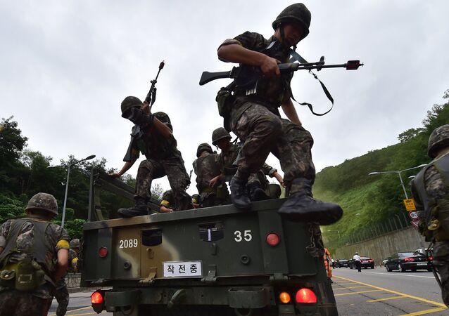 Soldados surcoreanos durante exercícios militares