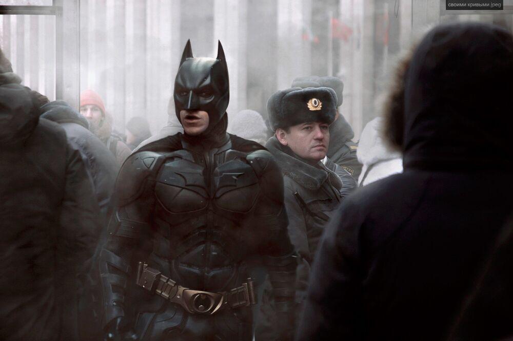 Famoso super-herói Batman perto de um policial russo