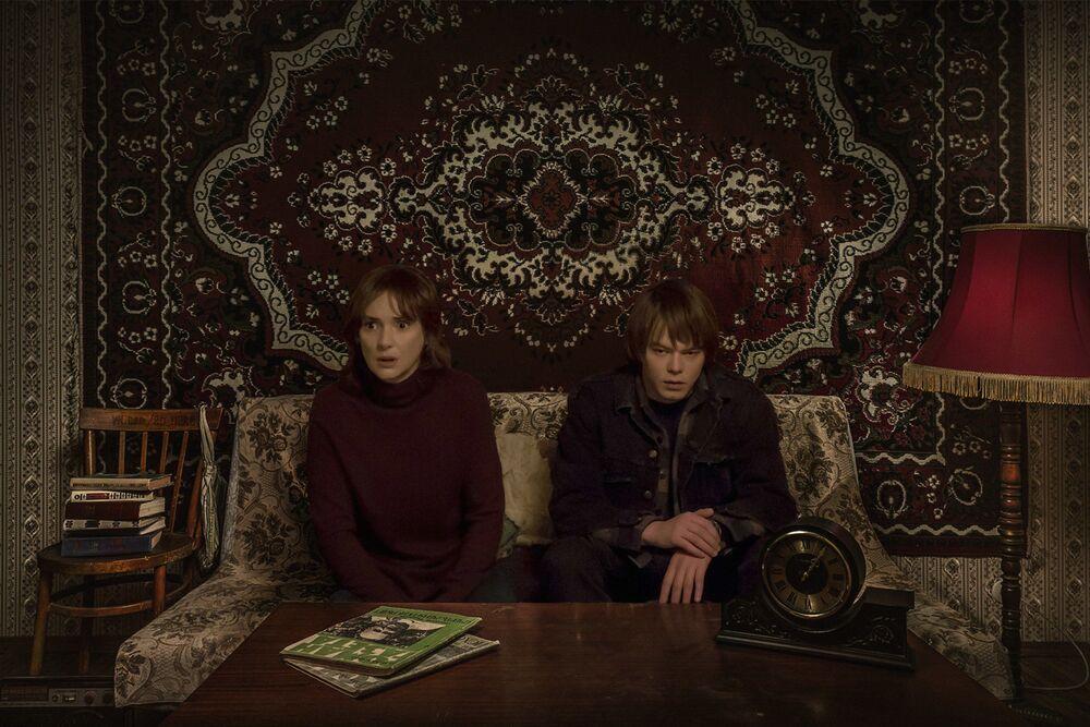 Protagonistas do seriado Stranger Things em um apartamento soviético