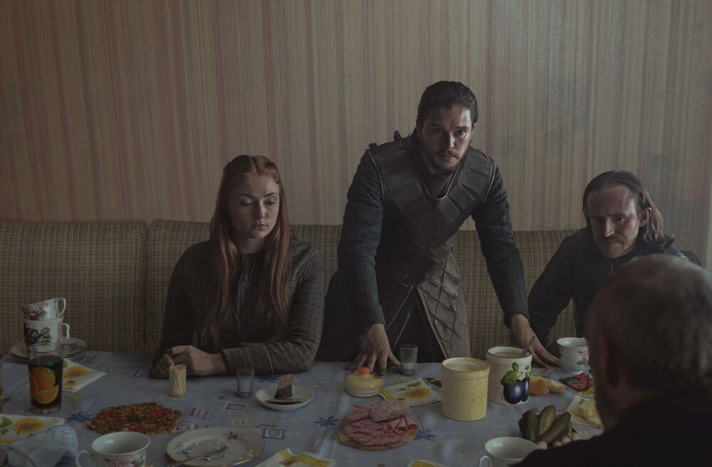 Jon Snow, Sansa e Dolorous Edd, protagonistas do Game of Thrones, desfrutam de um almoço típico da época soviética