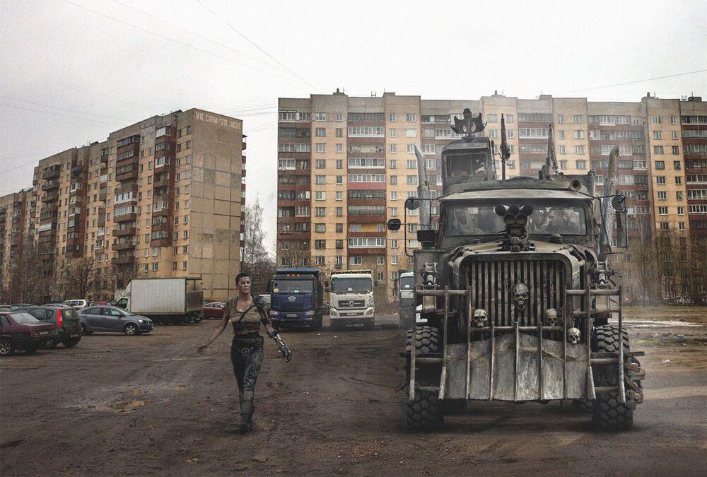 Protagonista do filme Mad Max em um parque de estacionamento soviético