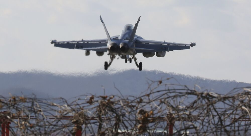 Avião de combate EA-18G Growler, dos EUA, prepara-se para aterrissar na base aérea norte-americana em Pyeongtaek, Coreia do Sul (imagem de arquivo)
